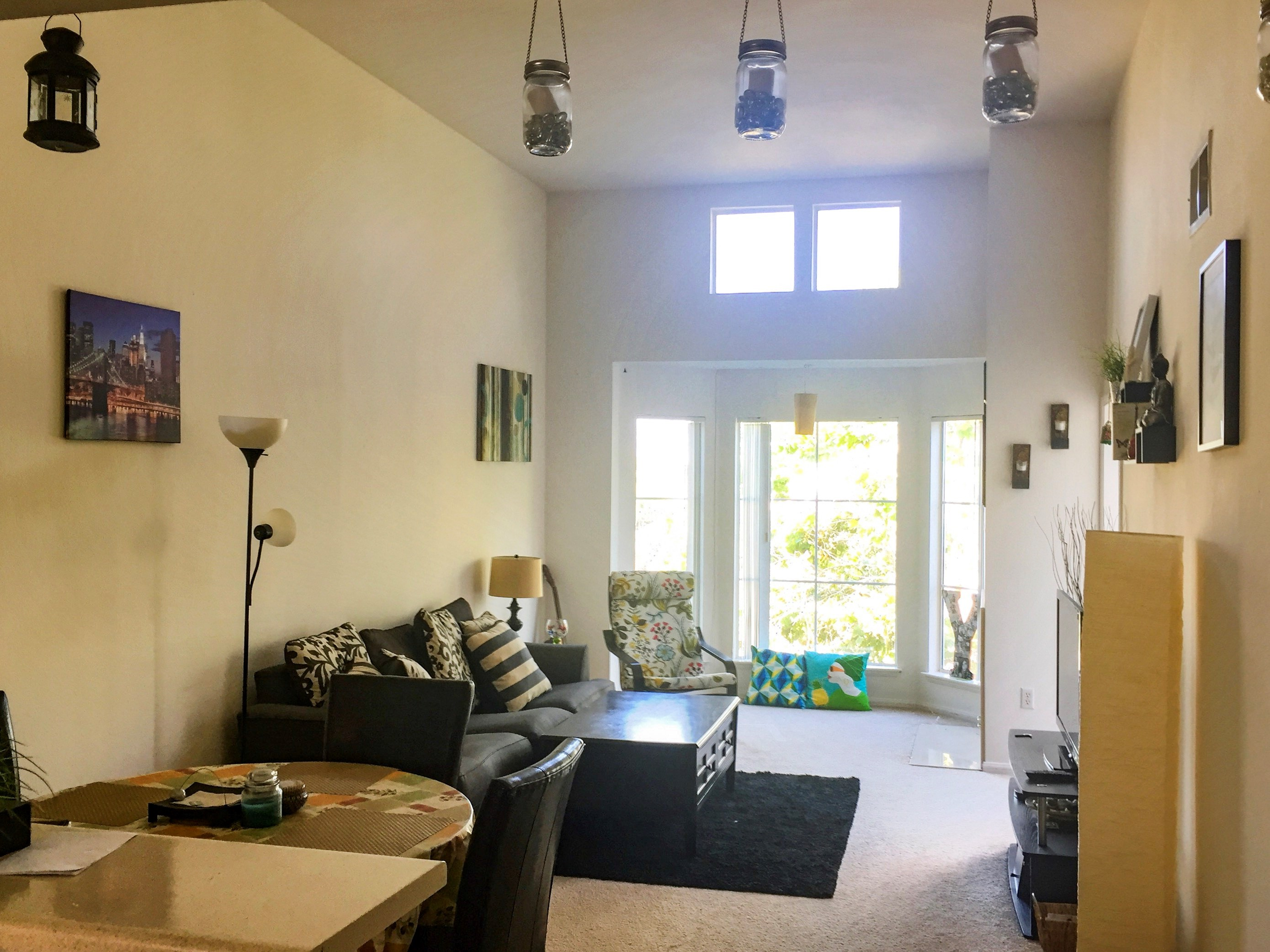 1 bed1 bath with spacious living room vaulted ceilingwalking distance - Living Room Rentals